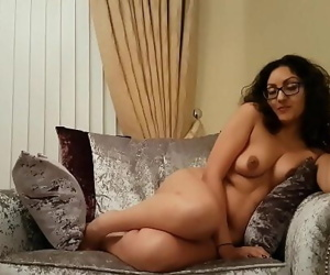Sexy British babe gives..