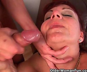 Mature mom gets her..