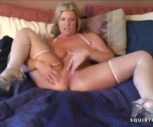 HOTTEST MATURE MOM JOI..